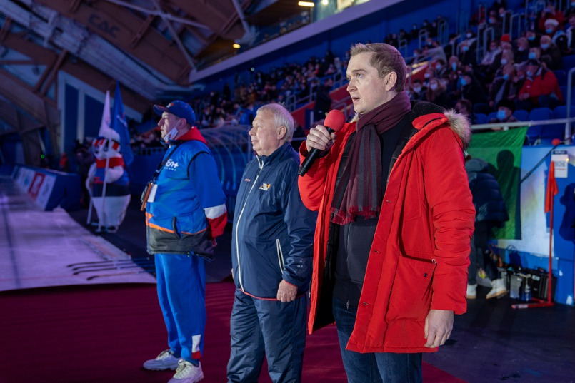 Михаил Хардиков выступает с приветственной речью