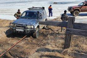 На Иркутском водохранилище за час в одном месте провалились под лёд два автомобиля