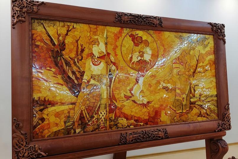 В фойе музея расположены киоски с поделками и украшениями янтарных заводов и авторскими работами художников