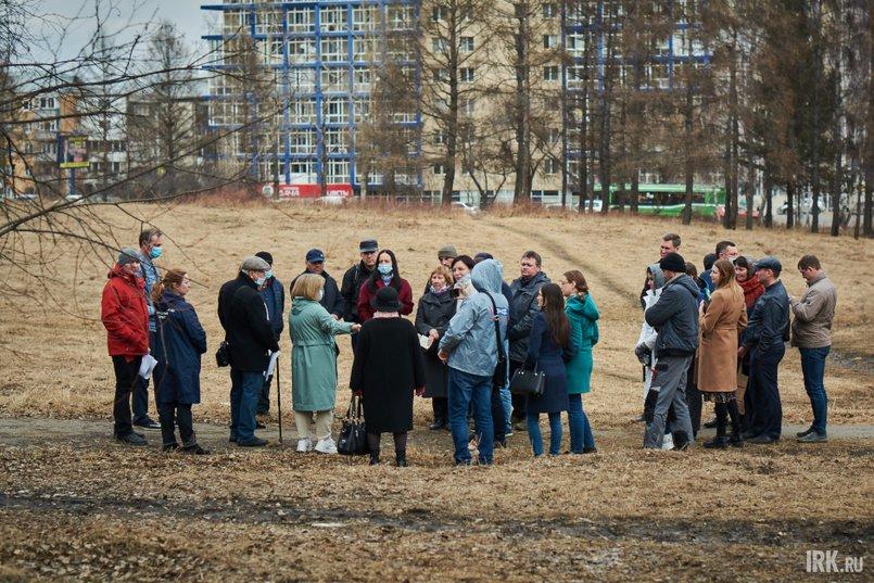 На встречу пришли неравнодушные жители Академгородка, чтобы обсудить проект благоустройства леса