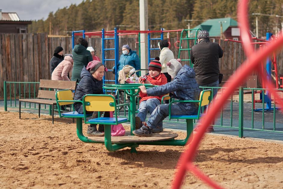На улице Дорогомиловская в микрорайоне Лесной Иркутска в рамках проекта «Народные инициативы» появилась новая детская площадка.