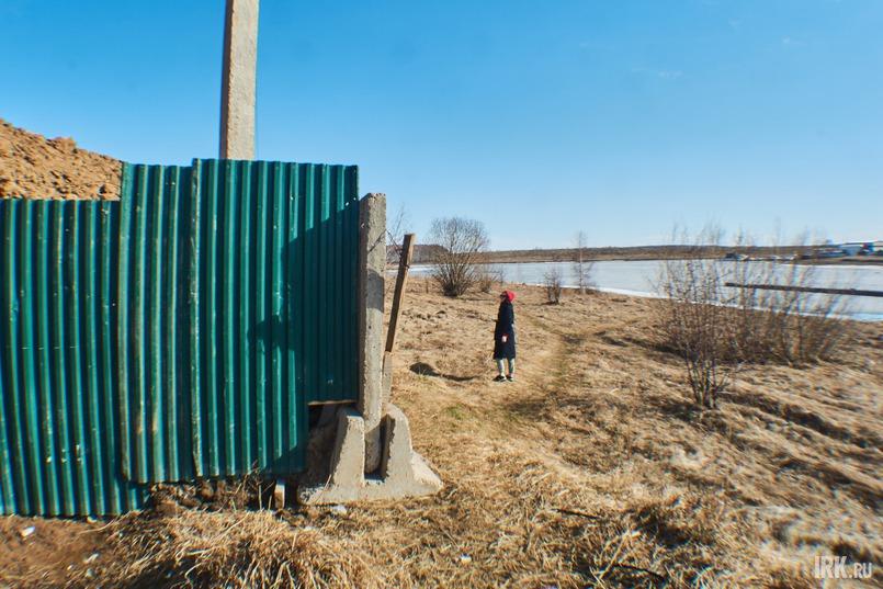 Расстояние от воды до забора — около 50 метров