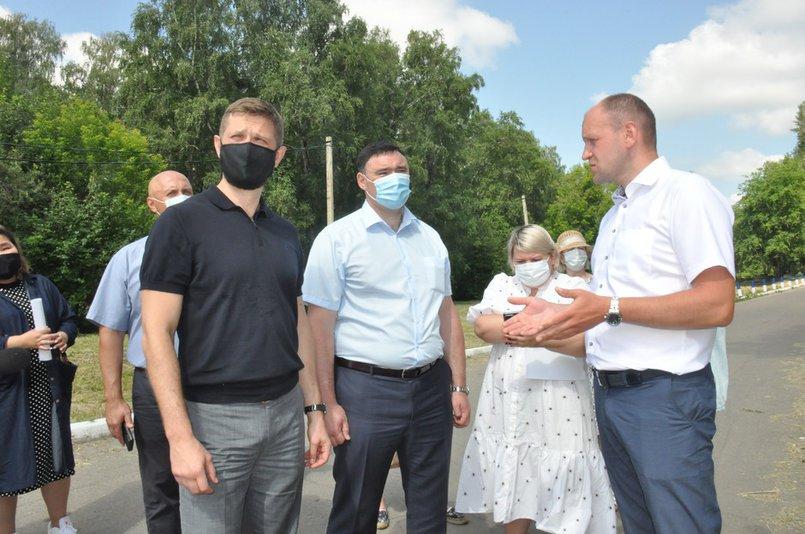Евгений Стекачев на выезд в избирательном округе №2 с Виталием Матвийчуком и мэром Русланом Болотовым