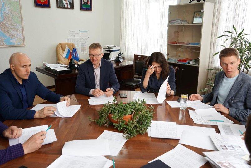 Максим Девочкин на заседании Наблюдательного совета Молодежного парламента при Думе Иркутска. Фото с личной страницы депутата в «Фейсбуке»