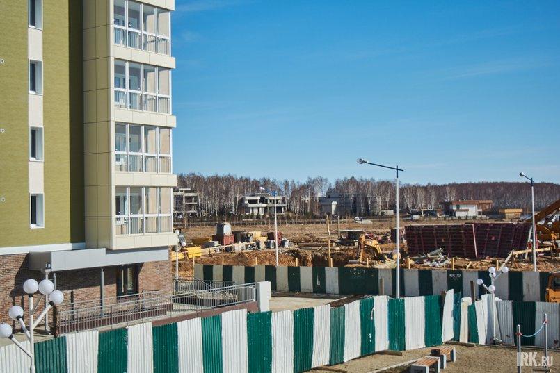 Строительство новых блок-секций ведется в непосредственной близости от уже построенных зданий