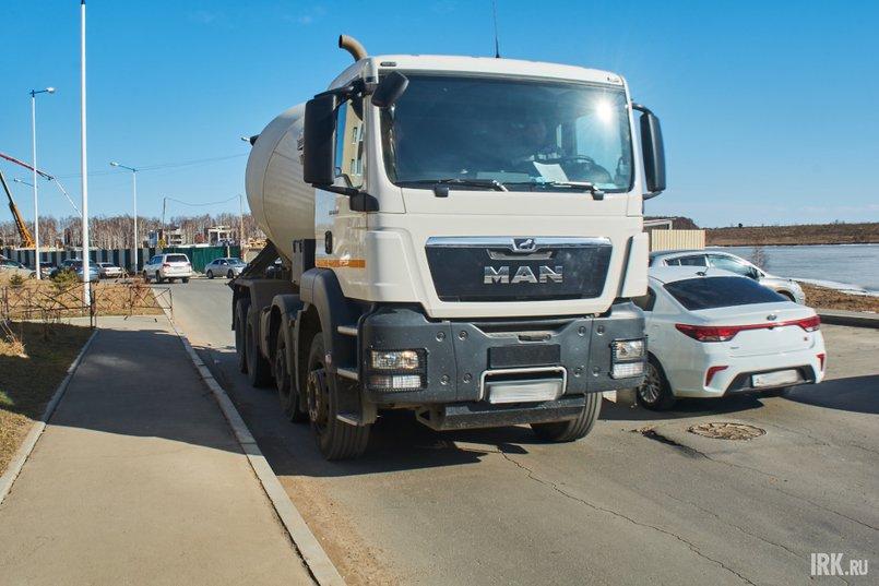 По словам местных жителей, когда во двор заезжает несколько грузовиков, невозможно подъехать даже к подземной парковке