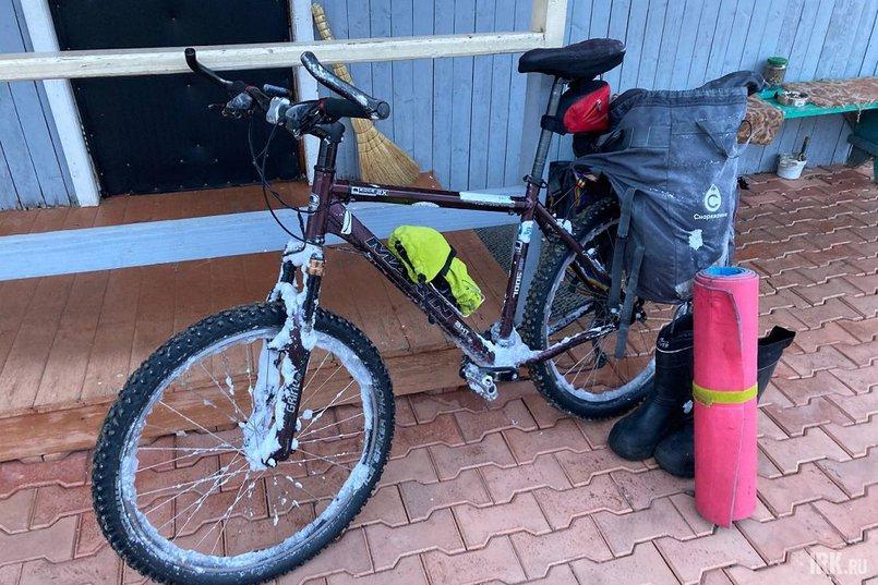 Перед заездом Евгений переставил на велосипеде переключатели скоростей, установил шипованные покрышки, выкрутил все крепежные болты, снял фонарики, катафоты, пластиковую защиту цепи, тормоза