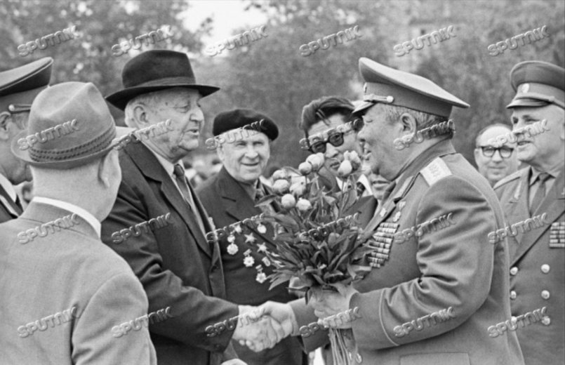 Участник Монгольской народной революции 1921 года Иван Червов (слева) и председатель Комитета ветеранов революционной борьбы МНР, генерал армии Батын Дорж (справа) во время встречи в Кишиневе (Молдавская ССР)