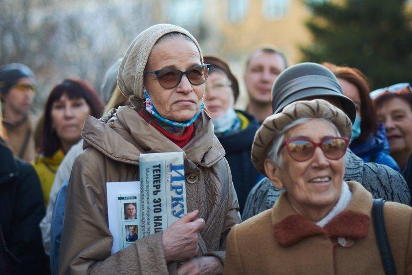Анна Садовская (слева) живет в соседнем доме