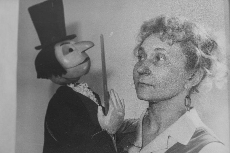 Во время войны будучи участницей кукольного кружка в составе группы Елена  выступала в госпиталях перед ранеными