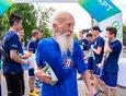 Самым возрастным участником марафона стал Борис Корнеев 1939 года рождения. Своим примером пожилой мужчина так вдохновил студентов, что на финише они выстроились в почётный коридор, чтобы пожать спортсмену руку и выразить своё уважение.
