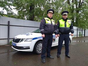 Инспекторы ГИБДД помогли ангарчанам, у которых сломалась машина на заснеженной трассе в Братском районе