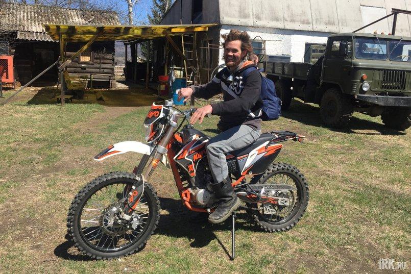 Александр Пахоруков передвигается по полигону на мотоцикле