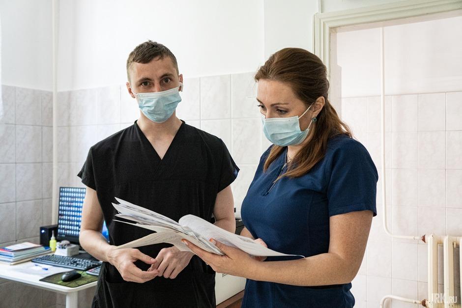 В «красную зону» журналистов сопроводили врач-ординатор Амир и заведующая отделением Любовь Костюнина