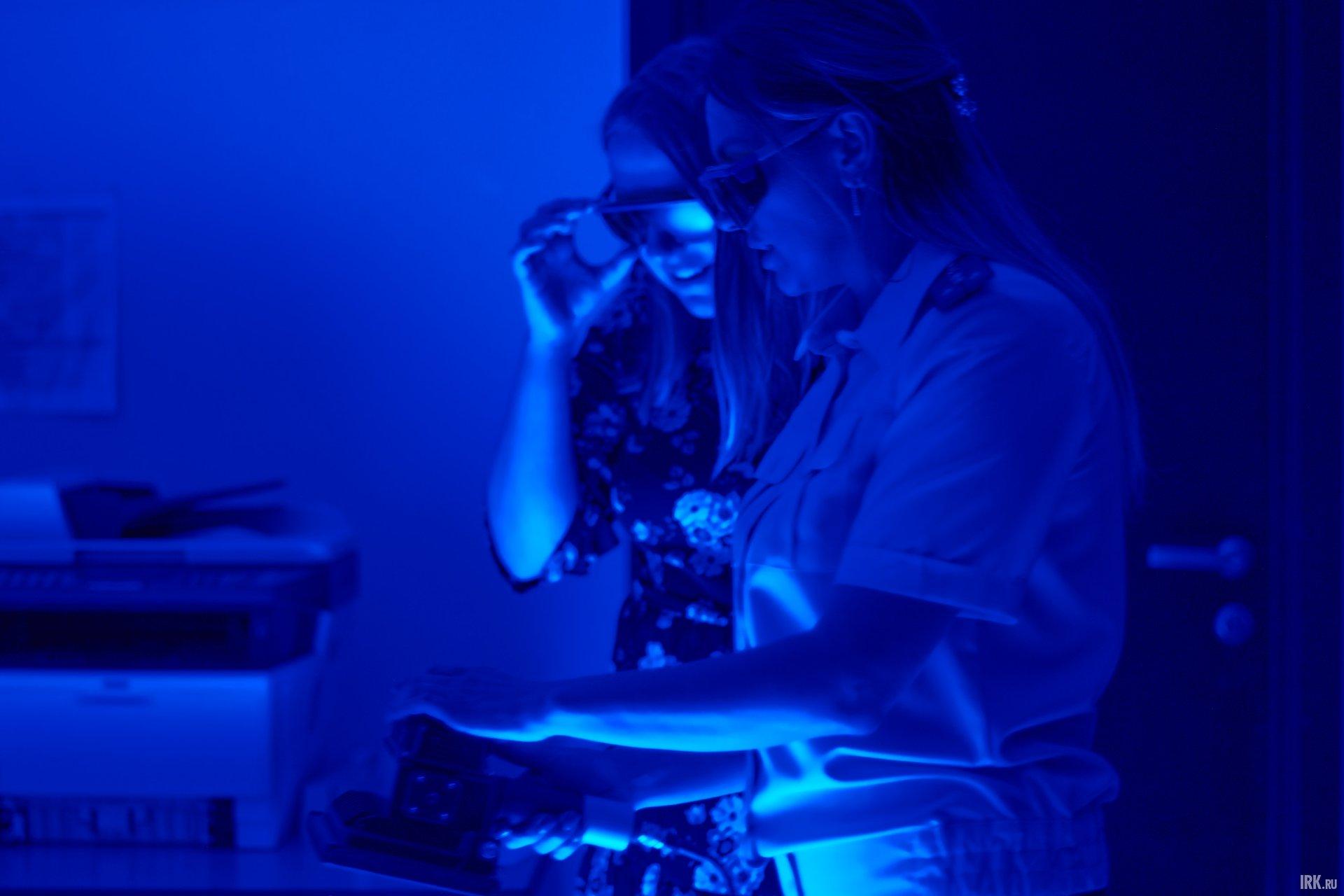 При работе с ИКС-450 криминалисты надевают очки, чтобы увидеть все биологические следы