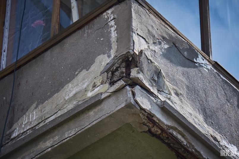 Балконные плиты разрушаются на глазах, в некоторых местах уже видна арматура, от фасада отваливается штукатурка и куски кирпичей