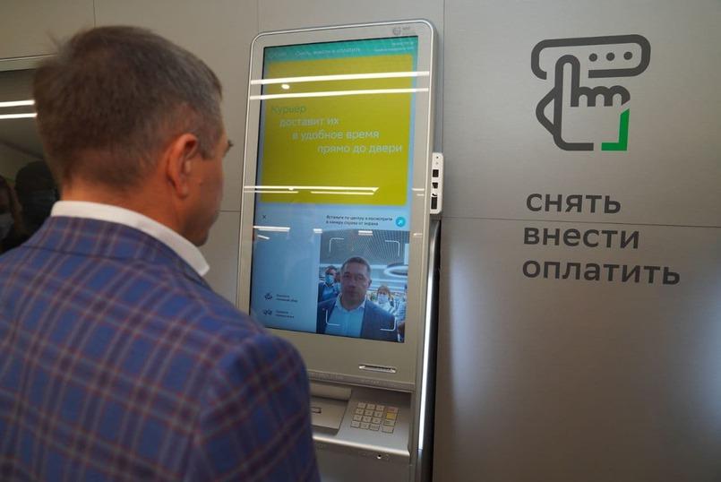 Александр Абрамкин демонстрирует работу современного банкомата