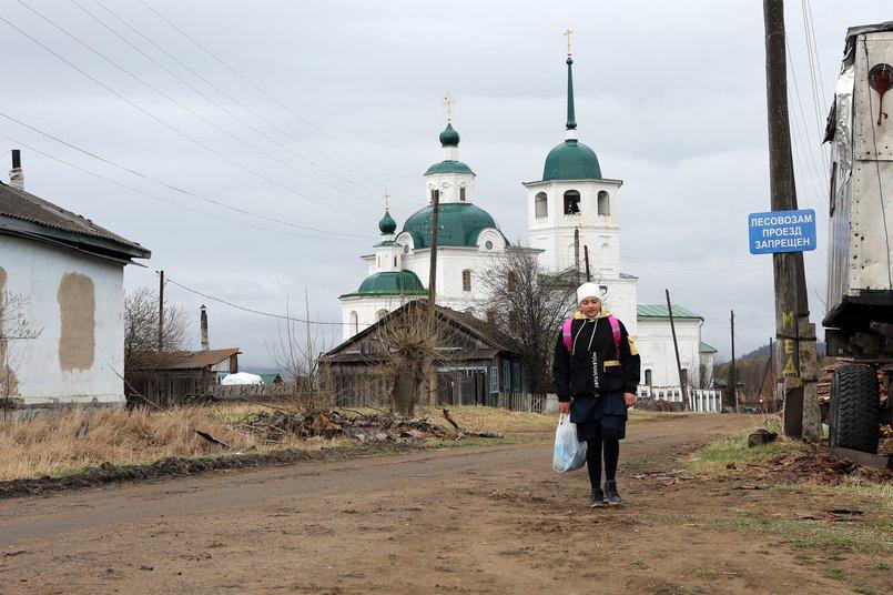 Воспитанница приюта Арина Березина идёт на остановку, чтобы уехать в школу