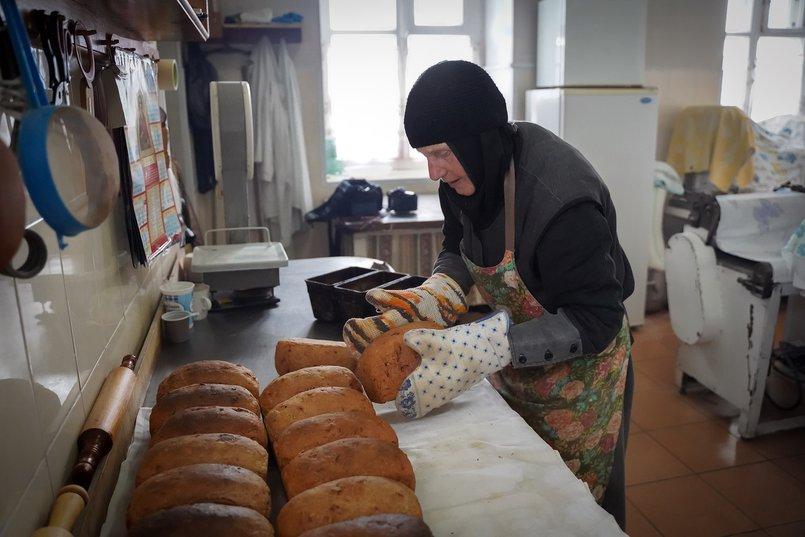 Мать Панхария печёт хлеб