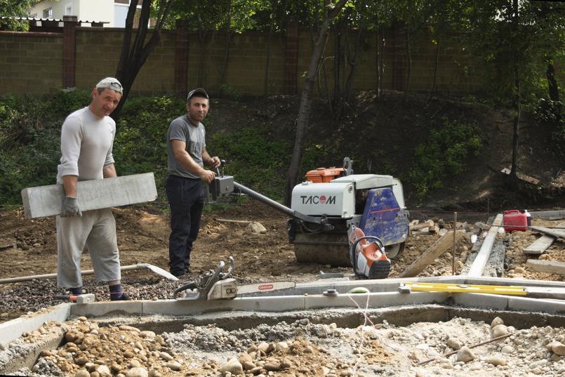 Во дворах активно ведется ремонт территорий