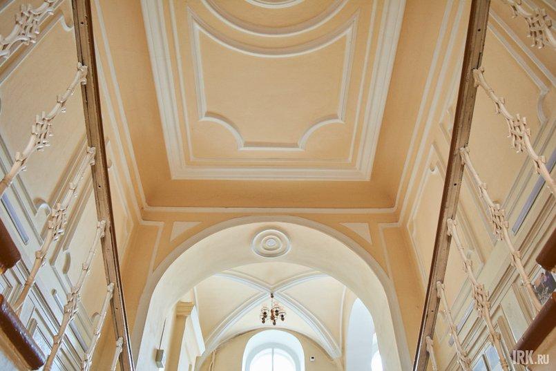 В некоторых комнатах «дворца» сохранилась подлинная декоративная лепнина