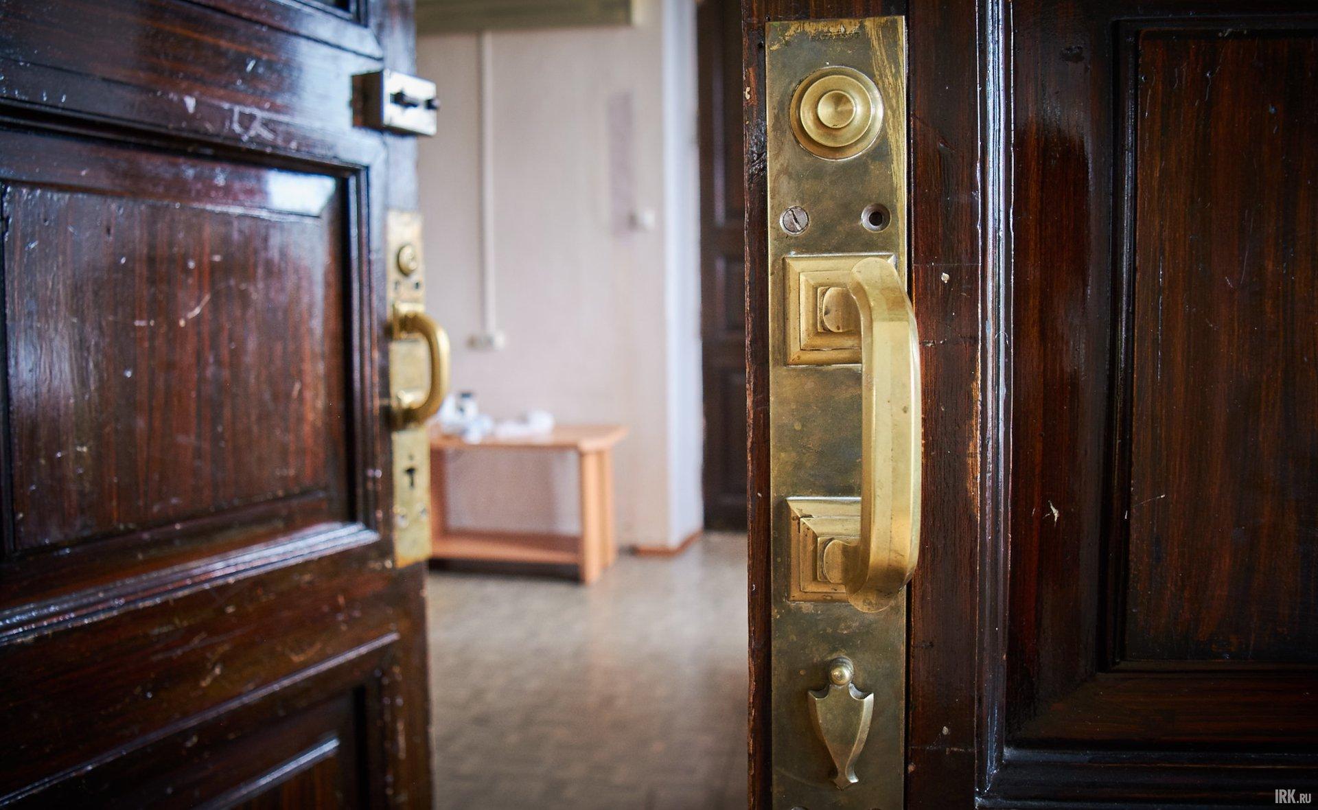 В некоторых комнатах до сих пор сохранились подлинные двери высотой почти три метра