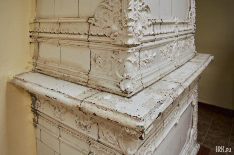 Камин требует реставрации, как и другие подлинные элементы дворца
