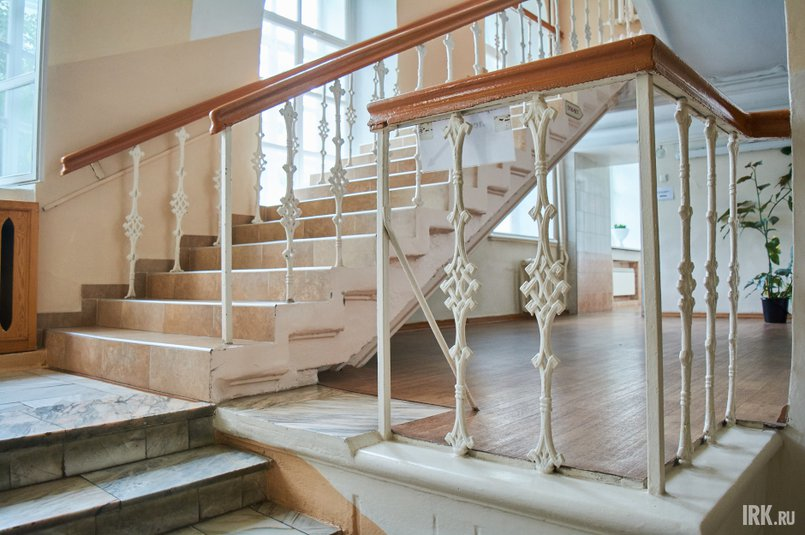 Кованые элементы декора парадной лестницы сохранились до наших дней с 19 века