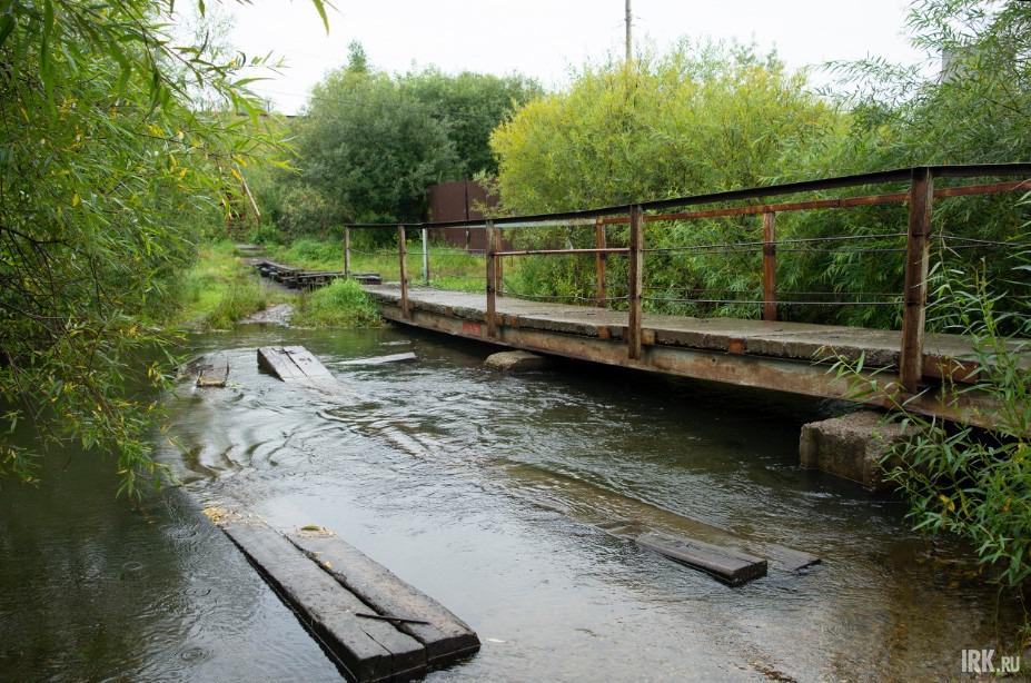 От недавнего подъёма воды пострадал пешеходный мост через ручей, связывающий улицу Аргунова с другими территориями.