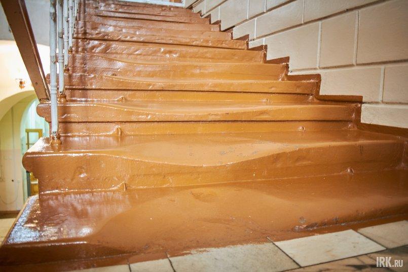 На лестницах, ведущих на третий этаж, сохранились и подлинные каменные ступени — они стерлись под ногами студентов, когда в здании находилась библиотека ИГУ