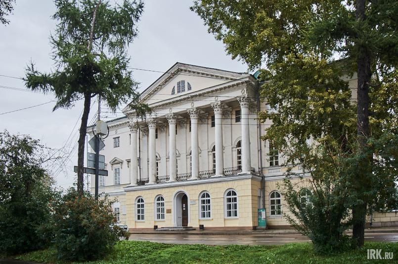 На бульваре Гагарина, 24 находится одно из старейших зданий Иркутска — Белый дом., который возвел для своей семьи купец Михаил Сибиряков в конце 18 века