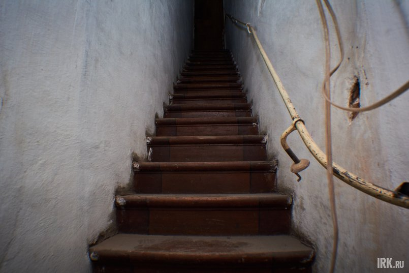 В одной из комнат первого этажа есть черный ход, по которому из кухни по узким ступенькам можно подняться сразу на третий этаж, минуя парадную лестницу