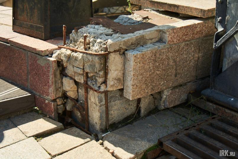 Повсюду торчащая арматура, разбитая плитка, сломанные стоки, трещины в фасадах многих зданий