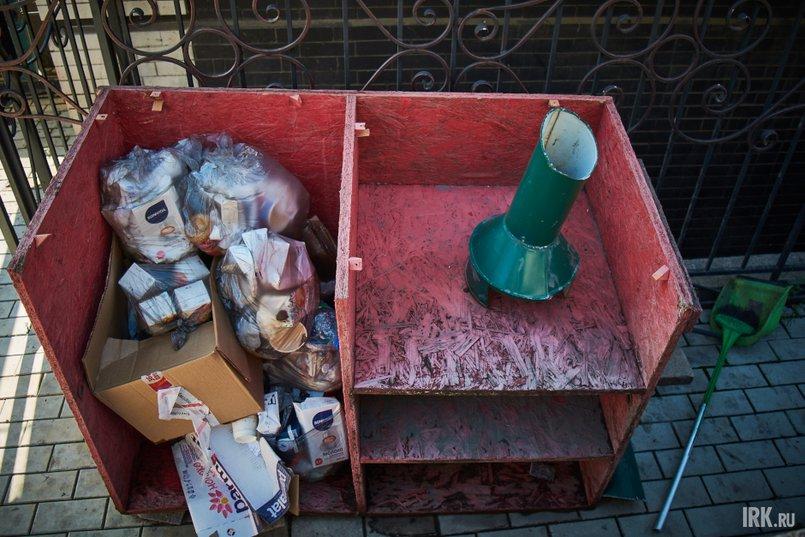 Некоторые заведения складируют мусор рядом с отдыхающими иркутянами