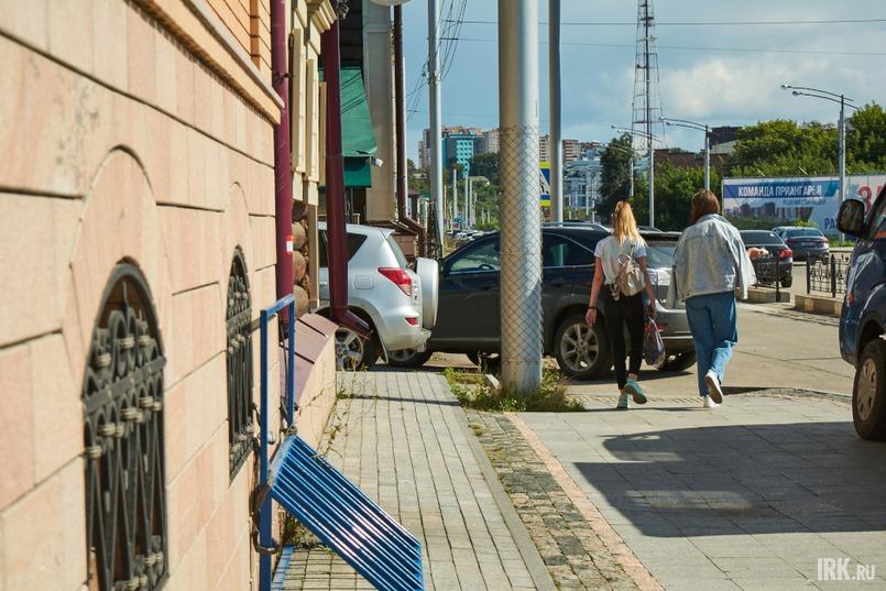 Пройти вдоль квартала со стороны улицы 3 Июля не так-то просто  – он заставлен машинами, припаркованными прямо на тротуаре