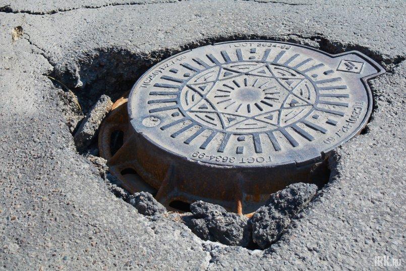 Вокруг нескольких канализационных люков образовались провалы