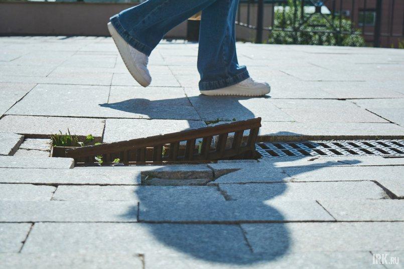 Решетки ливневой канализации сломаны или их вовсе нет, и прохожие привычно перешагивают через дыры