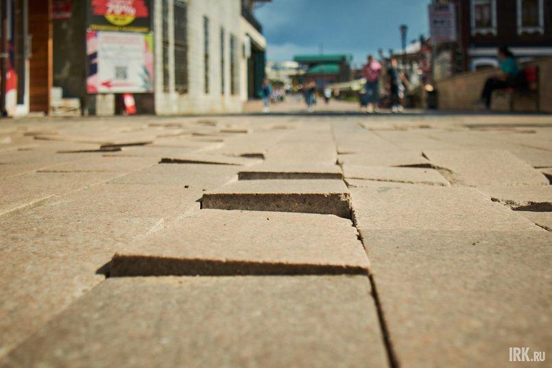 Тротуарная плитка оставляет желать лучшего: на улице местами заметны глубокие провалы, часть плиток разбита, отсутствует или шатается