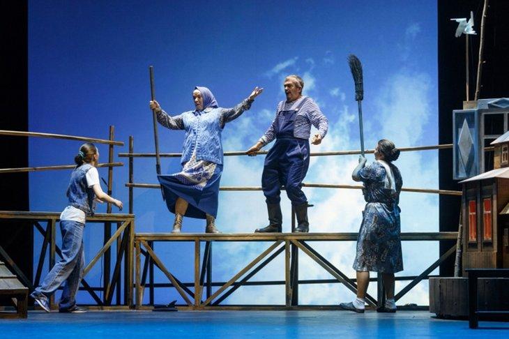 Сцена из спектакля «Любовь и голуби». Фото с сайта www.dramteatr.ru