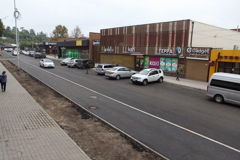 Дорогу на участке вдоль ТЦ «Карамель» от улицы Байкальская до Партизанской оставили двухполосной, также оборудовали велосипедную и пешеходную дорожки