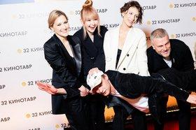 Наталья Меркулова (третья слева), Алексей Чупов (справа). Фото fb.ru
