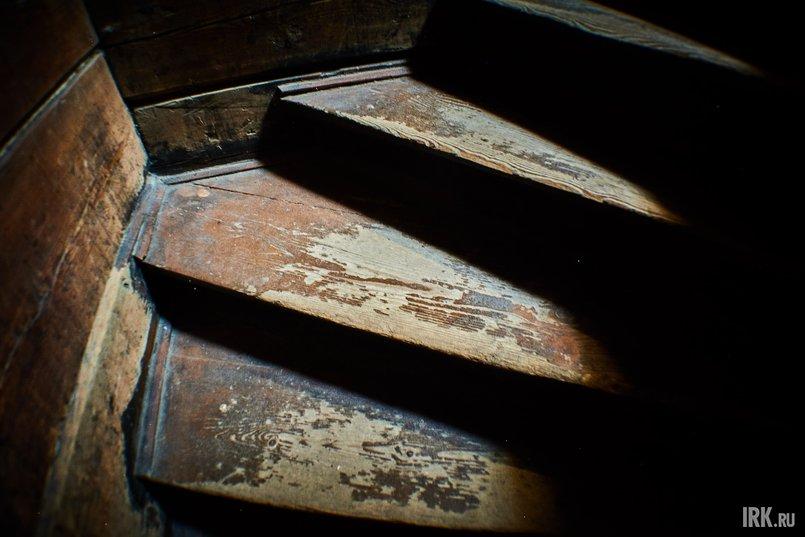 На второй этаж ведет винтовая лестница с подлинными деревянными ступенями