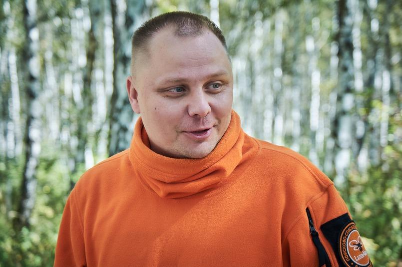 Егор Власов надел ярко-оранжевую толстовку — это основной цвет поискового отряда «Лиза Алерт»