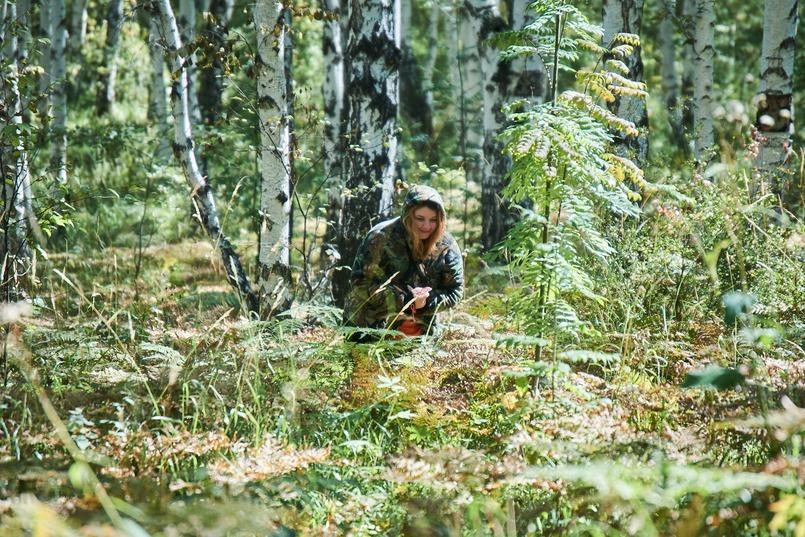 В камуфляжной одежде человек практически незаметен среди деревьев