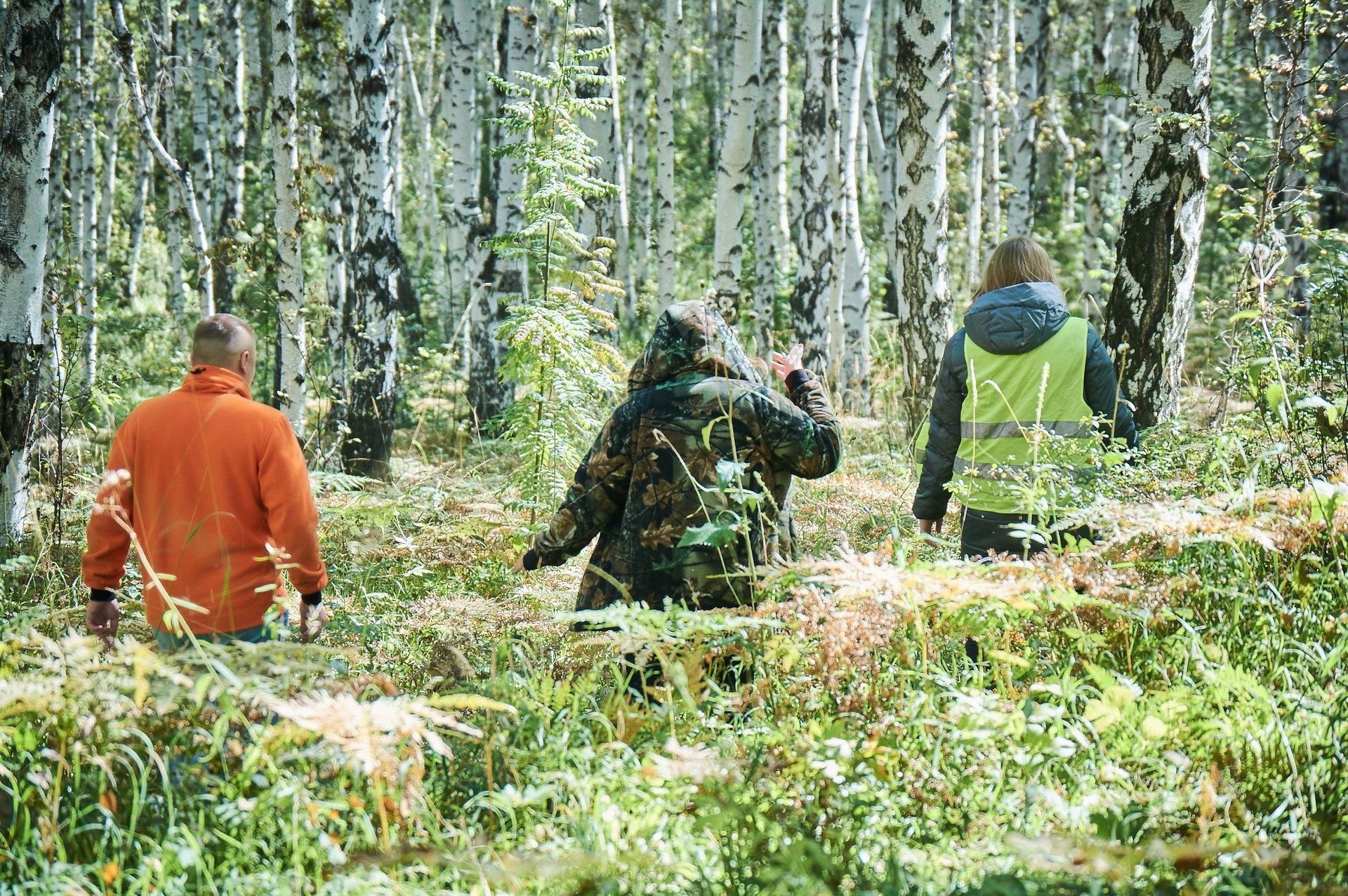 Мы отошли в лес, но из всех нас был хорошо виден только Егор в яркой толстовке