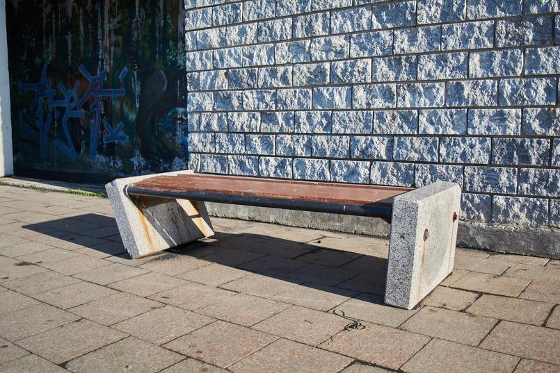 Некоторые скамейки демонтируют