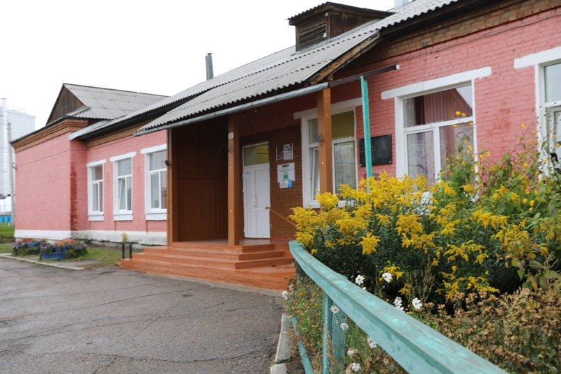 Начальная школа Хомутовской СОШ № 2 рассчитана на 190 детей, а учатся в ней 620 детей