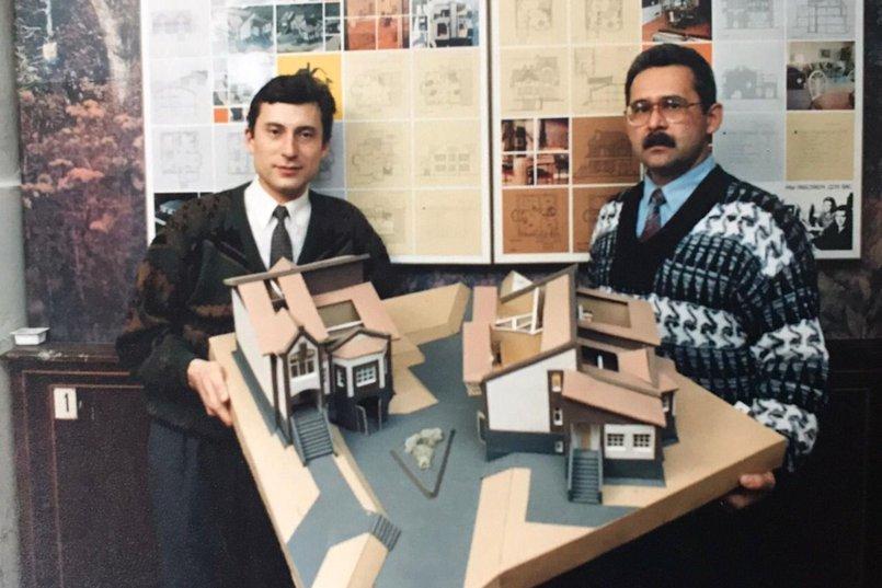 А. И. Попов, С. М. Касьянов. Презентация макета коттеджей, 1993 год. Фото из архива института