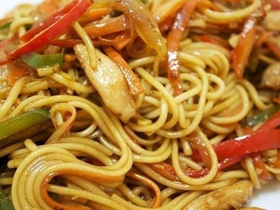 пшеничная лапша с курицей и овощами рецепт