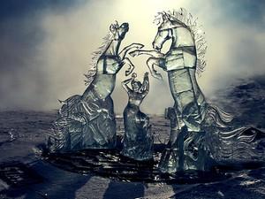 Ледовая скульптура во время фестиваля «Хрустальная нерпа — 2012». Автор фото — Игорь Дремин